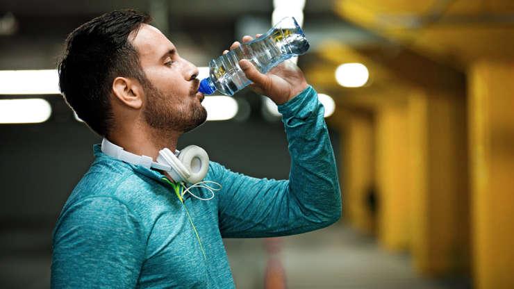 Bei suficientă apă, dar ai gura uscată? Iată care este explicația medicilor